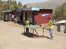 Дети играя настольный теннис, Эфиопию Стоковая Фотография