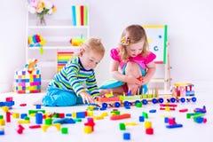 Дети играя на амбулаторном учреждении Стоковое Изображение RF
