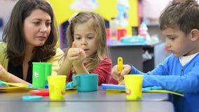 Дети играя на детском саде сток-видео