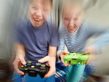 Дети играя на консоли игр Стоковые Изображения RF