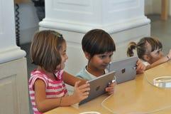 Дети играя на магазине Яблока в Турине Стоковое Изображение RF
