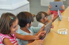 Дети играя на магазине Яблока в Турине Стоковое Изображение