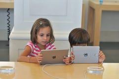 Дети играя на магазине Яблока в Турине Стоковая Фотография RF