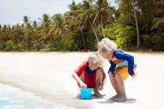 Дети играя на пляже Дети играют на море стоковое изображение rf