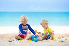Дети играя на пляже Дети играют на море стоковая фотография