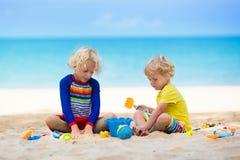 Дети играя на пляже Дети играют на море стоковые изображения rf