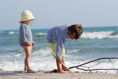 Дети играя на пляже песка Стоковые Фотографии RF