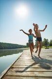 Дети играя на пристани на озере Стоковое Изображение