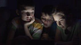Дети играя на пусковой площадке акции видеоматериалы