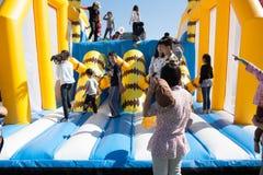 Дети играя на спортивной площадке детей раздувной Стоковые Фотографии RF
