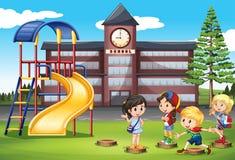 Дети играя на спортивной площадке школы бесплатная иллюстрация