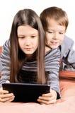 Дети играя на таблетке Стоковая Фотография