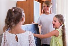 Дети играя на Noughts и крестах Стоковые Изображения
