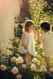 Дети играя пирожок испекут в саде лета на солнечный день Стоковые Изображения RF