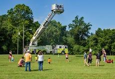 Дети играя под спрейером воды Firemen's Стоковое фото RF