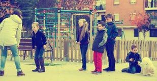 Дети играя прыгая веревочку Стоковые Изображения RF