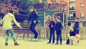 Дети играя прыгая веревочку Стоковые Фото