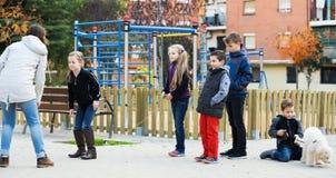 Дети играя прыгая веревочку Стоковое Изображение RF