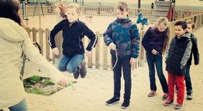 Дети играя прыгая веревочку Стоковая Фотография