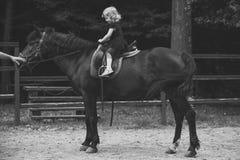 Дети играя - счастливая игра Езда девушки на лошади на летний день Стоковые Изображения