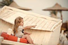 Дети играя - счастливая игра Морская безопасность и переход стоковые изображения