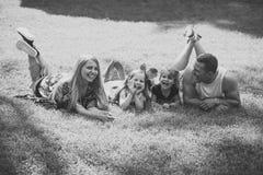 Дети играя - счастливая игра Счастливое детство, семья, влюбленность Стоковое Изображение RF