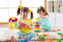 Дети играя с блоками совместно Воспитательные игрушки для preschool и ребенка детского сада Игрушки строения маленьких девочек на Стоковые Изображения