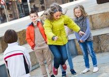 Дети играя с веревочкой скачки на улице Стоковое Изображение RF