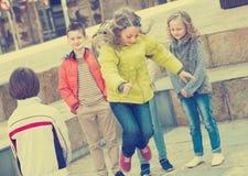 Дети играя с веревочкой скачки на улице Стоковые Изображения RF