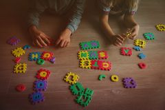 Дети играя с головоломкой, образованием и уча стоковое фото rf