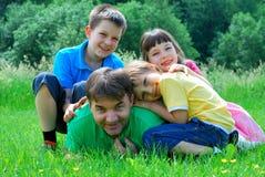 Дети играя с дядюшкой Стоковые Изображения