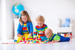 Дети играя с деревянным поездом игрушки Стоковые Фотографии RF