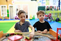 Дети играя с железной дорогой Стоковая Фотография