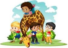 Дети играя с жирафом Стоковые Фото