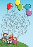 Дети играя с игрой лабиринта воздушных шаров Стоковое фото RF
