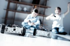 Дети играя с их новыми роботами дома Стоковая Фотография RF