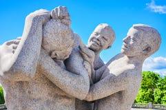 Дети играя с их статуей матери в Vigeland паркуют, Осло Стоковое Изображение