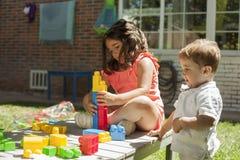 Дети играя с конструкцией забавляются в саде Стоковые Фотографии RF