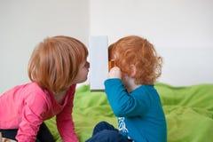 Дети играя с коробкой стоковое фото
