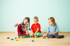 Дети играя с красочными блоками на preschool стоковая фотография rf