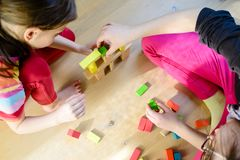 Дети играя с красочными деревянными блоками стоковое изображение rf