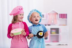 Дети играя с кухней игрушки Стоковые Изображения