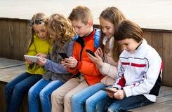Дети играя с мобильными телефонами Стоковое фото RF