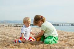 Дети играя с песком Стоковые Изображения RF