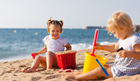 Дети играя с песком Стоковое Фото