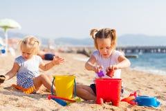 Дети играя с песком Стоковые Фотографии RF