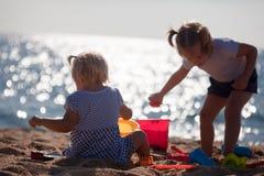 Дети играя с песком Стоковые Изображения