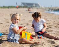 Дети играя с песком Стоковые Фото