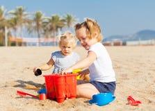 Дети играя с песком Стоковое Изображение