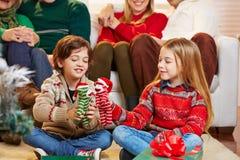 Дети играя с подарками на рождестве Стоковое Фото